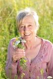 Active supérieur heureux de femme en nature Photographie stock