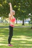 Activekonzentration blond, ihre Arme ausdehnend Lizenzfreie Stockbilder