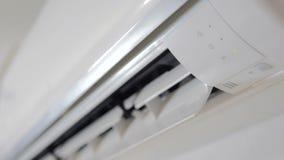 Activering en verrichting van de airconditioner Het draaien van de drijvende kracht van de openluchteenheid stock videobeelden