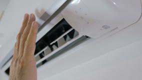 Activering en verrichting van de airconditioner Het draaien van de drijvende kracht van de openluchteenheid stock video