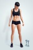 activewear的适合的女运动员准备好对做与du的锻炼 免版税库存图片