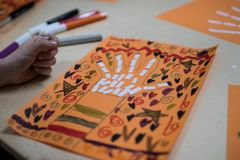Actividad científica para los niños, el dibujo y el collage del bon imágenes de archivo libres de regalías
