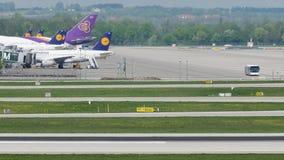 Actividad de aeropuerto en el aeropuerto de Munich, MUC Alemania metrajes