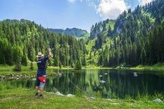 Actividad de agua - escuela de la pesca en el La Mouille del lago en las montañas francesas Imagen de archivo