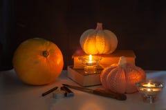 Actividad de la diversión de la familia - calabazas talladas en las Jack-o-linternas para el cierre de Halloween para arriba Fotos de archivo