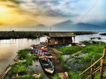Actividad de la mañana del pescador en el pueblo cenagoso Foto de archivo