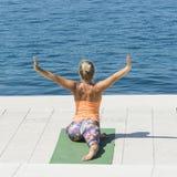 Actividad de la yoga por la mañana fotografía de archivo