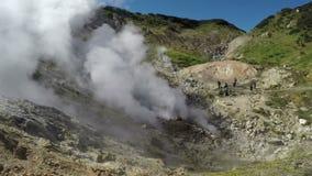 Actividad de las aguas termales volcánicas naturales que entran en erupción las nubes del vapor y del gas calientes almacen de video