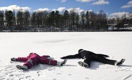 Actividad de los niños del invierno en el hielo Imagen de archivo libre de regalías