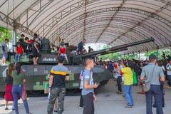 Actividad 2018 del día de los niños - la familia y los niños disfrutan de la diversión con los armas militares de los tanques y l Fotografía de archivo
