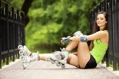Actividad del deporte del patinaje sobre ruedas de la mujer en parque Fotografía de archivo
