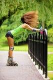 Actividad del deporte del patinaje sobre ruedas de la mujer en parque Fotos de archivo libres de regalías