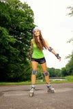 Actividad del deporte del patinaje sobre ruedas de la mujer en parque Imagenes de archivo