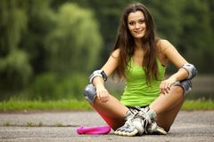 Actividad del deporte del patinaje sobre ruedas de la mujer en parque Foto de archivo