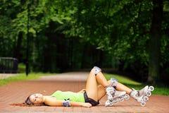 Actividad del deporte del patinaje sobre ruedas de la mujer en parque Imagen de archivo