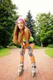 Actividad del deporte del patinaje sobre ruedas de la mujer en parque Imágenes de archivo libres de regalías