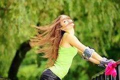 Actividad del deporte del patinaje sobre ruedas de la mujer en parque Foto de archivo libre de regalías