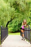 Actividad del deporte del patinaje sobre ruedas de la mujer en parque Fotos de archivo