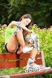 Actividad del deporte del patinaje sobre ruedas de la mujer en parque Fotografía de archivo libre de regalías