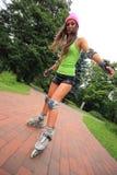Actividad del deporte del patinaje sobre ruedas de la mujer en parque Imagen de archivo libre de regalías