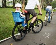 Actividad del fin de semana del día de fiesta de la familia que monta en bicicleta foto de archivo