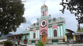 Actividad diaria cercana de la iglesia de Vilcabamba El pueblo está situado en el valle de la longevidad almacen de video