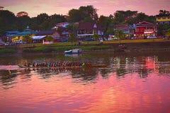 Actividad en tarde del río de Sarawak la última foto de archivo