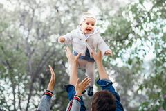 Actividad feliz del aire libre de la familia, bebé de los aumentos del padre para arriba, riendo y jugando, madre de las demostra imágenes de archivo libres de regalías