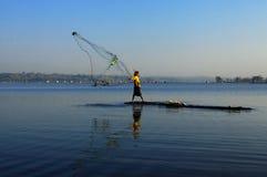 Actividad indonesia del pescador en el depósito de Cengklik fotos de archivo
