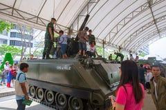 Actividad nacional 2018 del día de los niños de Tailandia - la familia y los niños disfrutan de la diversión con los armas de los Fotografía de archivo