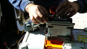 Actividad para el cable de fribra óptica: herramienta del empalme mecánico almacen de metraje de vídeo