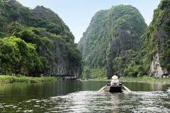 Actividad rio abajo en el barco con el vietnamita que usa la paleta del pie Imágenes de archivo libres de regalías