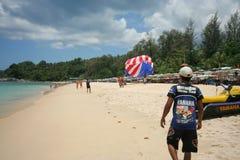 Actividad turística en la playa tropical de la isla de Phuket Foto de archivo