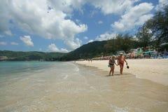 Actividad turística en la playa tropical de la isla de Phuket Imagen de archivo libre de regalías