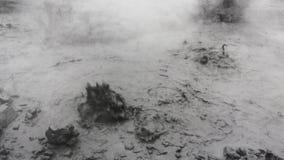 Actividad volcánica en Kamchatka - propósito de hervir el pote termal del fango en volcán del cráter almacen de metraje de vídeo