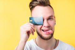 Actividades bancarias cashless del pago de la tarjeta de crédito del hombre joven fotos de archivo