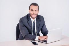 Actividades bancarias de Internet para el negocio Hombre de negocios africano acertado si Fotografía de archivo libre de regalías