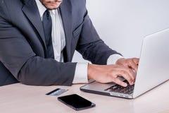 Actividades bancarias de Internet para el negocio Hombre de negocios africano acertado si Foto de archivo