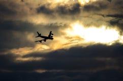 Actividades bancarias del jet en las nubes y la salida del sol fotos de archivo libres de regalías