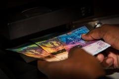 Actividades bancarias en Cabo Verde Autentificación del billete de banco foto de archivo
