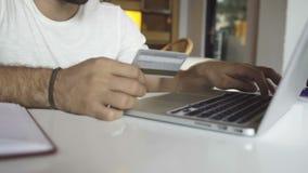 Actividades bancarias en línea con la tarjeta de crédito almacen de metraje de vídeo
