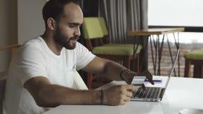 Actividades bancarias en línea con la tarjeta de crédito metrajes
