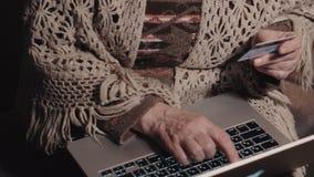 Actividades bancarias en línea de la mujer mayor, tarjeta de crédito de la tenencia almacen de video