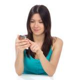 Actividades bancarias en línea de la mujer usando su teléfono celular Fotografía de archivo libre de regalías