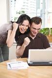 Actividades bancarias en línea de los pares felices fotografía de archivo libre de regalías