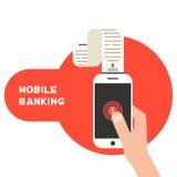 Actividades bancarias móviles con el teléfono y la cheque elegantes Foto de archivo