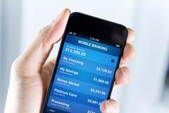 Actividades bancarias móviles en el iPhone de Apple Foto de archivo