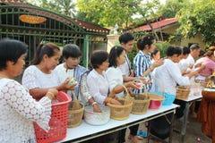 Actividades de la caridad en buddhism Imagen de archivo libre de regalías