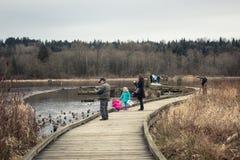 Actividades de la gente en el parque público del lago Burnaby fotos de archivo