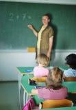 Actividades de la pupila en la sala de clase Foto de archivo libre de regalías
